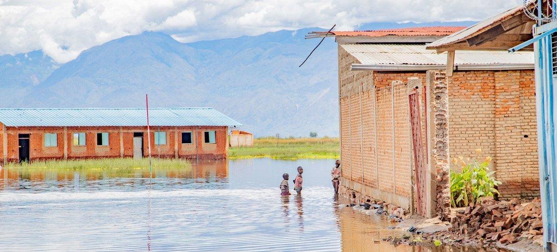 बाढ़ के कारण बुरुण्डी के एक स्कूल में पढ़ाई नहीं हो पा रही है.