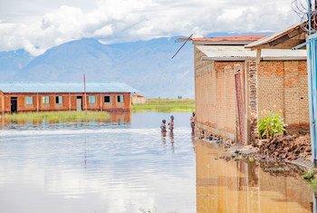 Escola na província de Bujumbura, Burundi, completamente inundada pelas cheias