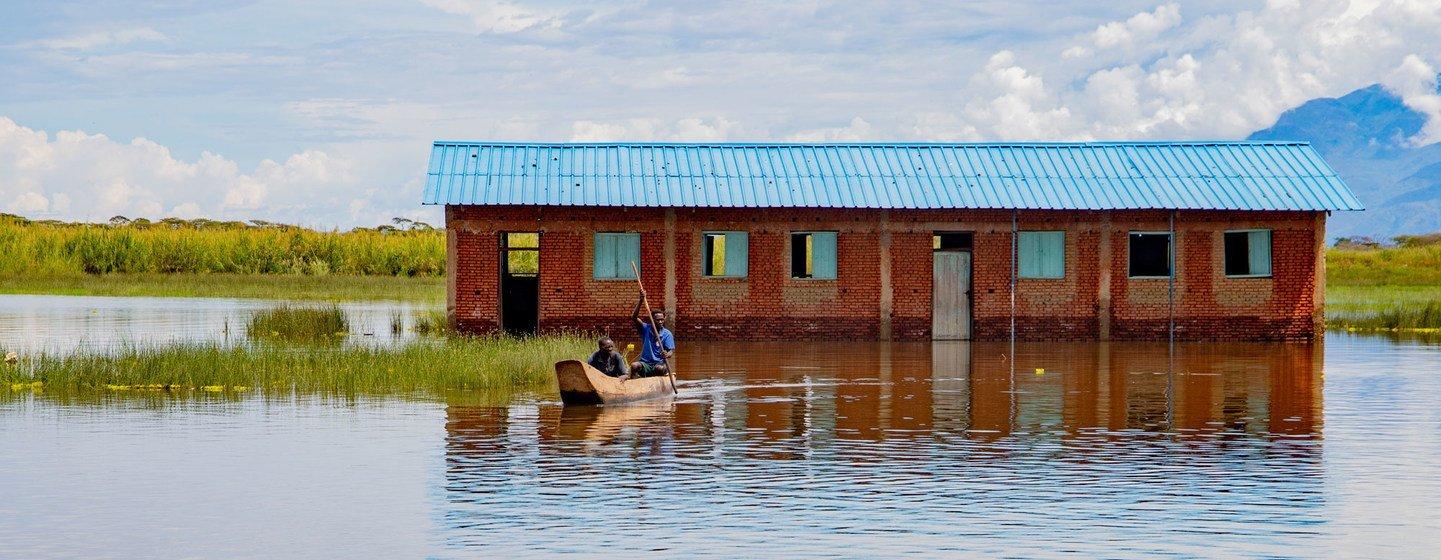Une école abandonnée en raison de la montée des eaux du lac Tanganyika.