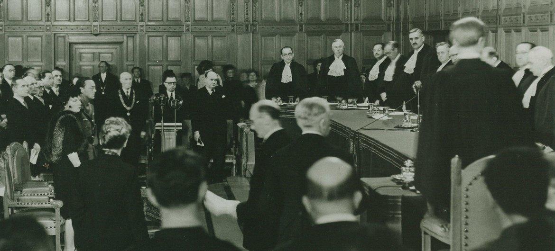 Session inaugurale de la CIJ le 18 avril 1946 au Palais de la Paix à La Haye, aux Pays-Bas.