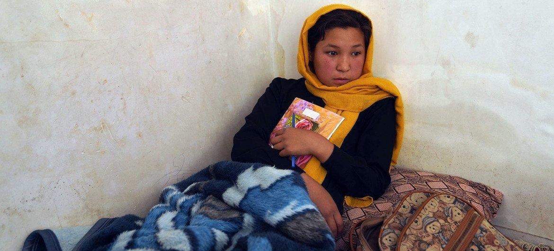 Menina afegã que foi ferida durante ataque a sua escola em Cabul