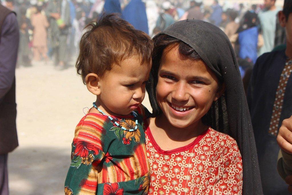 Une fillette de sept ans avec sa petite soeur dans un camp de déplacés à Kandahar, en Afghanistan.