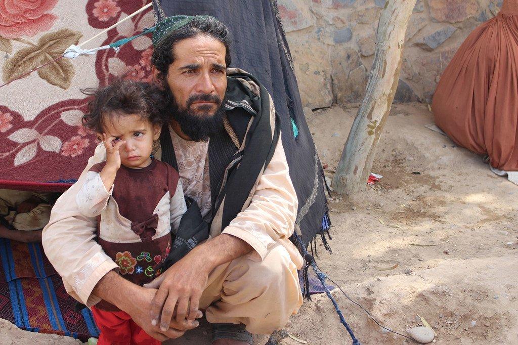 Un père et sa fille dans un camp de déplacés en Afghanistan.