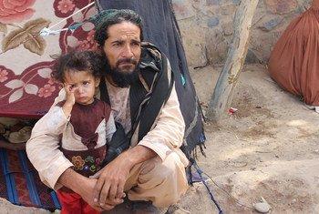 أب أفغاني وابنته في مخيم للنازحين في أفغانستان. يحتاج الملايين من الافغان إلى المساعدات الإنسانية.