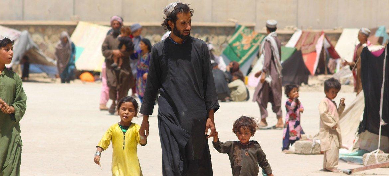 لقد فرت العائلات في أفغانستان من ديارها بسبب النزاع ويعيشون الآن في مخيمات النازحين داخليا في قندهار.