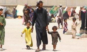 Miles de familias en Afganistán han huido de sus casas debido al conflicto y ahora viven en campamentos de desplazados en Kandahar.