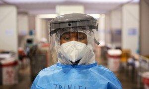 在南非约翰内斯堡的一所临时新冠医院里,这位名叫特立尼蒂的女孩在那里当志愿者护理人员。