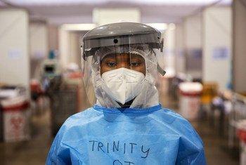 Trinity, une aide-soignante bénévole travaille dans un hôpital de campagne contre la Covid-19 à Nasrec, dans la ville de Johannesbourg, en Afrique du Sud.