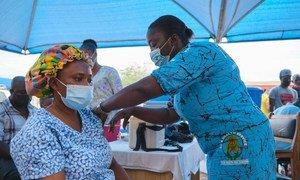 Une femme est vaccinée contre la Covid-19 dans un hôpital à Kumasi, au Ghana.