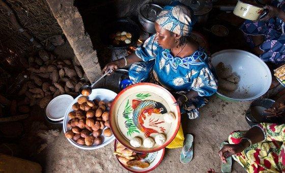 Una refugiada de la República Centroafricana que vive en Camerún prepara comida para sus clientes.