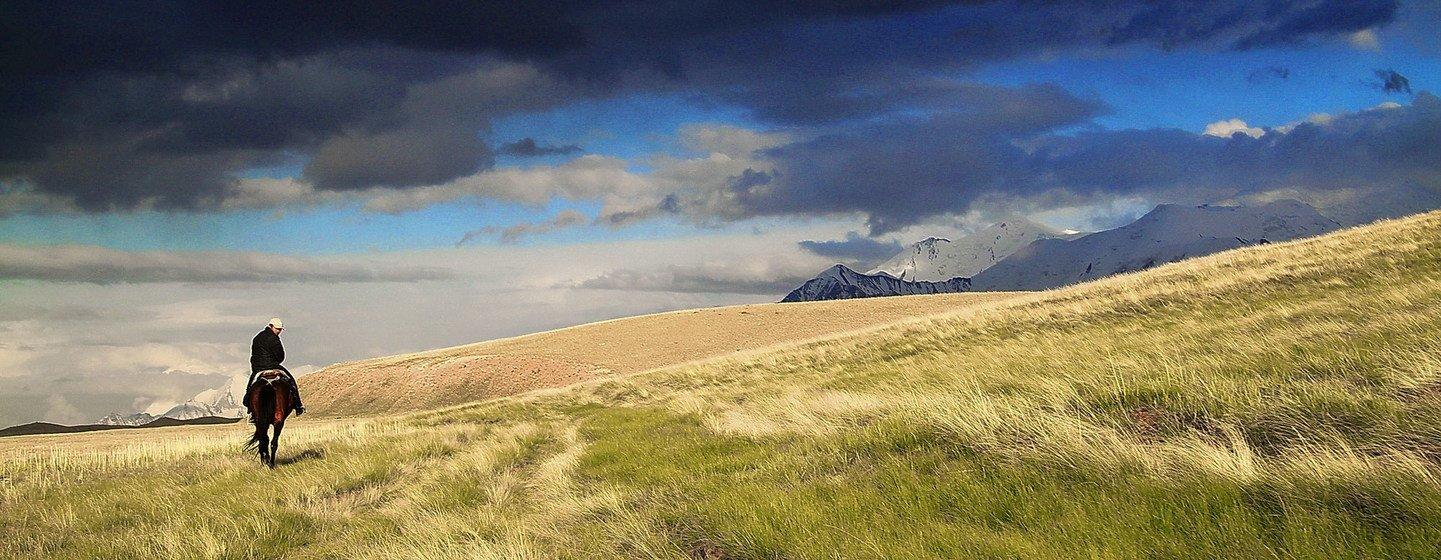 Hombre a caballo en las montañas de Kirguistán