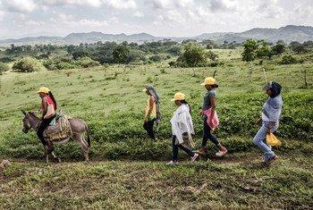 Campensinas en su camino a un curso sobre promoción de la integración, la reconciliación y cómo compartir los recursos en la localidad colombiana de Morroa.