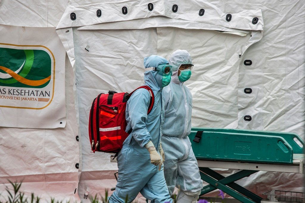 Des agents de santé arrivent dans un grand centre de test de la Covid-19 à Jakarta, en Indonésie (photo d'archives).