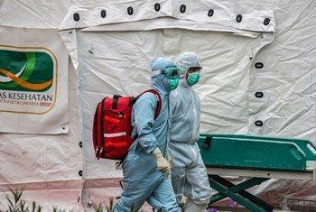 عاملون في المجال الصحي يصلون إلى جاكارتا. (صورة من الأرشيف)