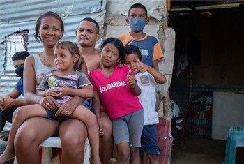 Una familia de migrantes venezolanos en la Guajira, Colombia, durante la pandemia de COVID-19.