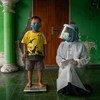 Un enfant est pesé dans un centre de santé communautaire dans la province centrale de Java, en Indonésie.