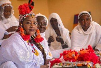 Mouna Awata (à gauche) est la présidente de la Case de la Paix à Gao, au Mali, et fait de la médiation avec les groupes armés pour résoudre les conflits.