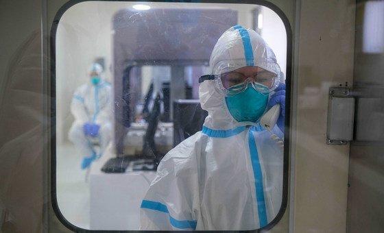 Técnicos num laboratório com foco em pesquisa de pandemia nas Filipinas