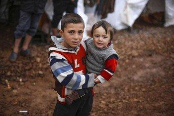 Des enfants déplacés dans un camp de fortune dans le nord-ouest de la Syrie.