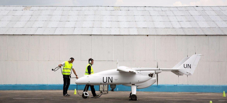 Un vehículo aéreo no tripulado o dron se prepara para volar en la ciudad de Goma, en la República Democrática del Congo.
