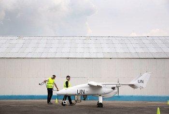 Un véhicule aérien sans pilote est préparé pour voler à Goma, en République démocratique du Congo.