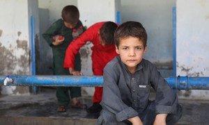 Mais de 400 famílias se abrigaram em uma escola no sul de Cabul, no Afeganistão. Representante do Unicef deixou claro que a agência vai continuar no país