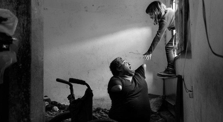 अर्जेन्टीना के ब्यूनस आयर्स में कोविड-19 महामारी के दौरान लिये गए इस फोटो में, जॉर्ग और उनकी बेटी, एंजेल्स साथ खेल रहे हैं.