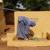 Une fille se lave les mains dans une école primaire de l'État de Zamfara, au Nigéria.