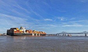 Un porte-conteneurs arrive à la Nouvelle-Orléans, aux États-Unis.