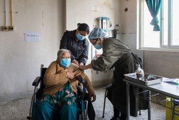 Una anciana recibe la vacuna COVID-19 en un hospital de Katmandú, Nepal.