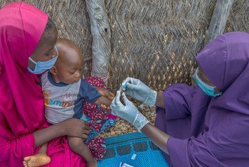 Bebê é testado para malária no estado de Adamawa, na Nigéria