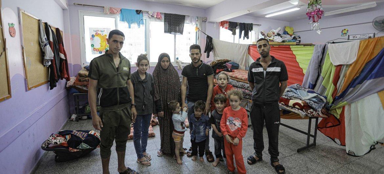 Las familias de Gaza cuyas casas han quedado destruidas por los ataques con cohetes se alojan en las escuelas de la UNRWA.