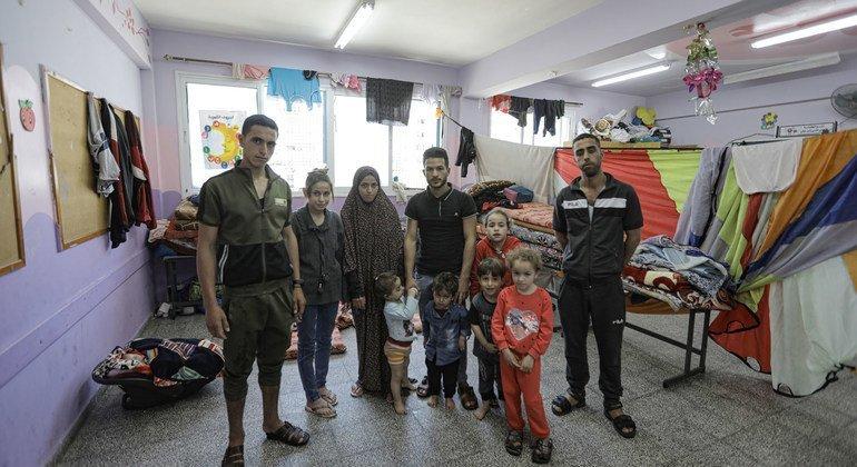 يتم إيواء العائلات في غزة التي دمرت منازلها في الهجمات الصاروخية في مدارس الأونروا.