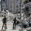 Une tour d'habitation en ruines dans la ville de Gaza à la suite d'une frappe aérienne israélienne.