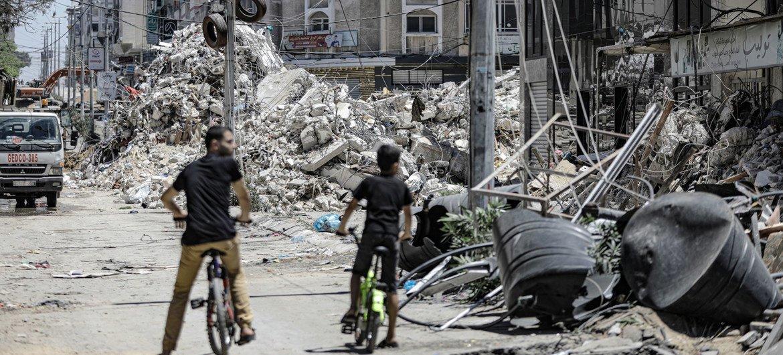 أحد الأبراج المدمرة في مدينة غزة في أعقاب غارة جوية إسرائيلية.
