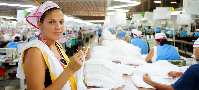 Trabalhadora do setor de confecções inspeciona roupas em uma fábrica na Nicarágua. Para a OIT, a Covid-19 expôs problemas enraizados no mercado laboral