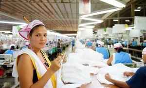 尼加拉瓜一家纺织厂的制衣女工。