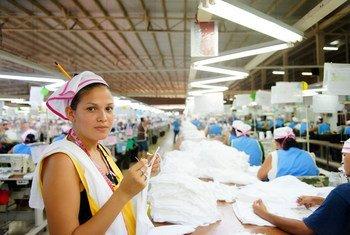 Una trabajadora de la industria del vestido en una fábrica en Nicaragua.