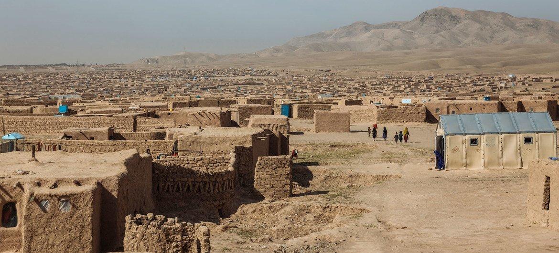 देश के भीतर ही विस्थापित होने वाले लोगों के लिये, हेरात के बाहरी इलाक़े में बनाए गए इस शिविर में 30 हज़ार से ज़्यादा लोग रहते हैं.