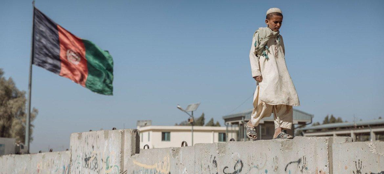 (من الأرشيف) صبي يسير قرب معبر سبين بولداك الحدودي بين أفغانستان وباكستان.