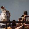 Família de afegãos cruza fronteira próxima com o Paquistão