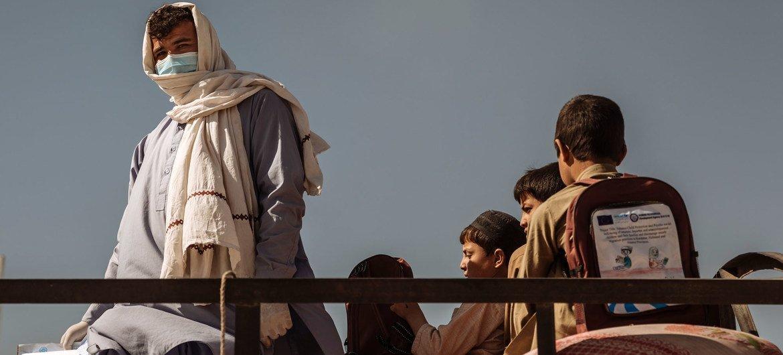 Mustafa crosses the Spin Boldak borderline  successful  February 2021 with his children.