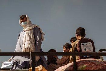 2021 年 2 月,这位名叫穆斯塔法的阿富汗男子和他的孩子们边境地带。