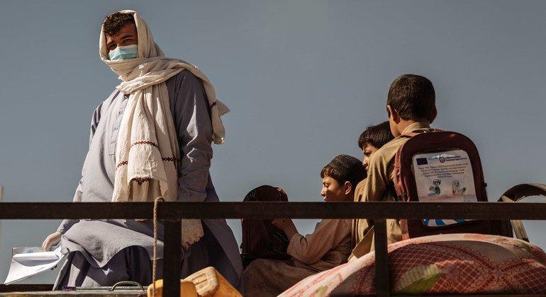 مصطفى يعبر الحدود من باكستان إلى أفغانستان مع أطفاله. (شباط/فبراير 2021).