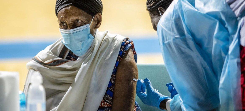 रवाण्डा जैसे विकासशील देशों में उच्च-जोखिम का सामना कर रही आबादियों को टीकाकरण में प्राथमिकता दी जा रही है.