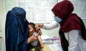 عاملة في المجال الصحي تقدم الرعاية لطفل في مقاطعة بروان بأفغانستان، في تشرين الثاني/نوفمبر 2020.