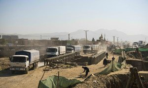 Des camions du Programme alimentaire mondial des Nations unies quittent Kaboul en mai 2021 pour livrer de la nourriture aux communautés vulnérables.
