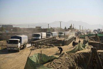 Caminhões do Programa Mundial de Alimentos da ONU saindo de Cabul, em maio de 2021, para entregar alimentos a comunidades vulneráveis