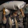 काबुल में विश्व खाद्य कार्यक्रम के एक भण्डार में अनाज की व्यवस्था की जा रही है. (मई 2021)