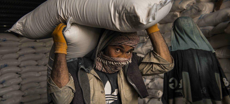 2021年5月,世界粮食计划署在喀布尔的一个仓库装载粮食进行分发。